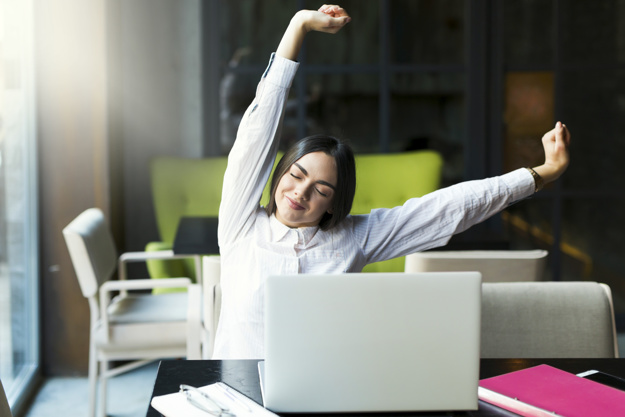 Merenggangkan badan ketika berkerja dari rumah